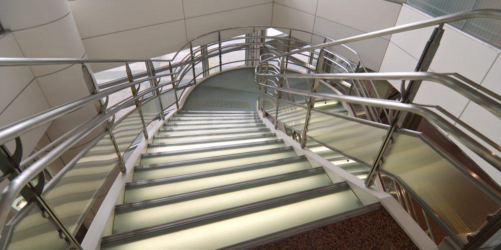 Powracający problem ubłoconej klatki schodowej – sprawdź, jak go usunąć!