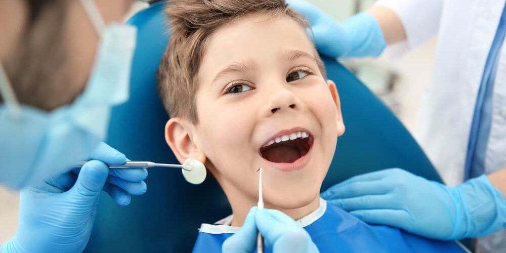 Korony stalowe na zęby mleczne – dlaczego się je zakłada?