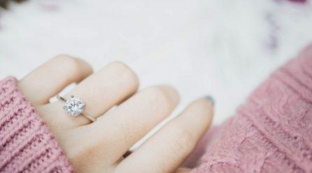 Co musisz wiedzieć wybierając pierścionek zaręczynowy?