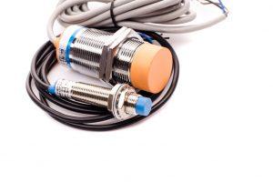 Czujniki indukcyjne – zasada działania i wykorzystanie w przemyśle
