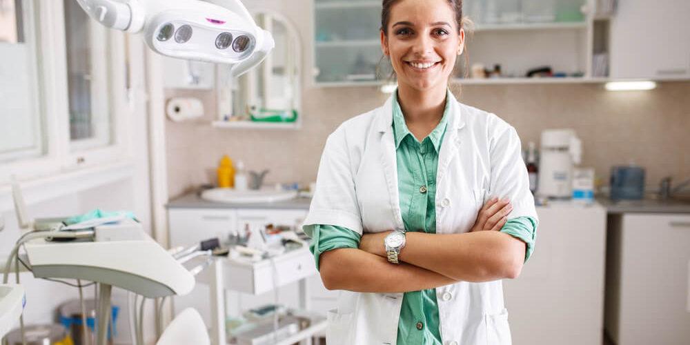 Dlaczego warto leczyć zęby w klinice wielospecjalistycznej?