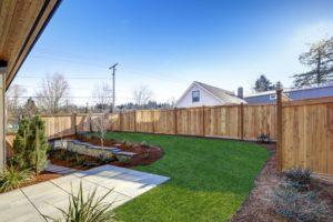 Jak prawidłowo dbać o ogrodzenia drewniane? – podstawowe zasady użytkowania i konserwacji