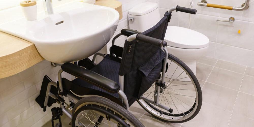 W jaki sposób zwiększyć samodzielność osoby z niepełnosprawnością ruchową? Jakie akcesoria będą pomocne?