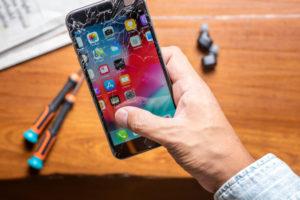 Wymiana szybki w iPhonie – dlaczego trzeba zlecić naprawę profesjonalistom?